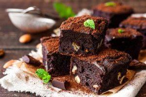 Dadelkage med chunks af chokolade