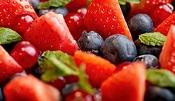 Jordbær, blåbær og mynte som topping på chia grød.